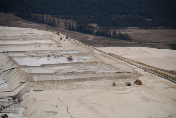 Highland Valley Copper Tailings Dam (2010) par Gord McKenna (Image sous licence Creative Commons)